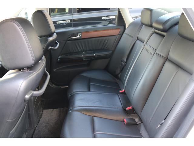 後部座席も使用感少なく高級感に溢れています。