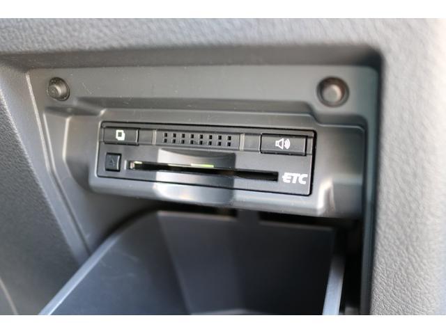 ボックスを開閉するとそこにはビルトインタイプのETCが装着されて下ります。インパネ等に貼りつけタイプとは違いスタイリッシュですね!