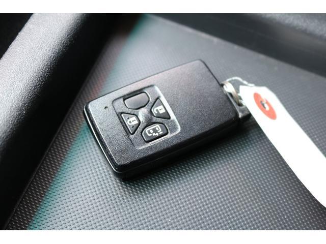 インテリジェントキーですので鍵はポケットに入れたままエンジンの始動からドアの施錠まで行えます!