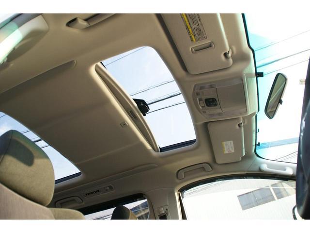 開放的なドライブをお楽しみいただけるサンルーフ。晴れた空の下、サンルーフを開けてのドライブは気持ちよさそうですね。当然後付けはできないので、サンルーフ付きの車両は希少です。フロント