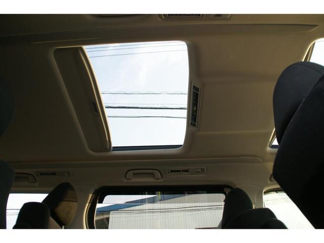 開放的なドライブをお楽しみいただけるサンルーフ。晴れた空の下、サンルーフを開けてのドライブは気持ちよさそうですね。当然後付けはできないので、サンルーフ付きの車両は希少です。リア