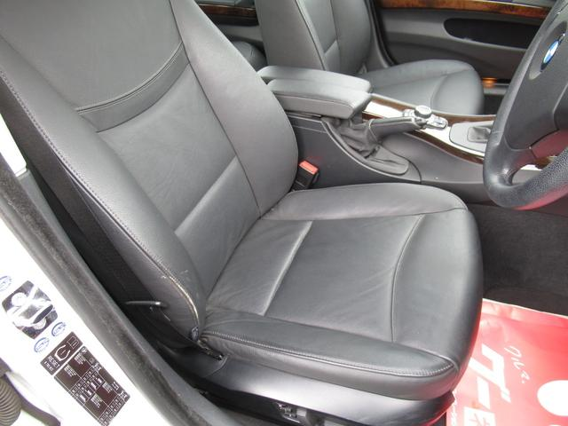 フロントシートの状態は若干のしわ、スレが有りますが良好です。シートヒーター付きで冬は暖っかですよ。