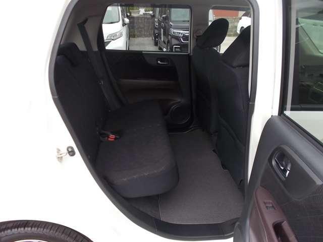 後部座席のシートの状態も良く、使用感も少なく大変綺麗な状態でございます。是非ご覧になって見てくださいませ。