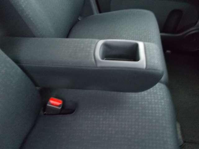運転席に格納式アームレスト(ポケット付き)装備してます。