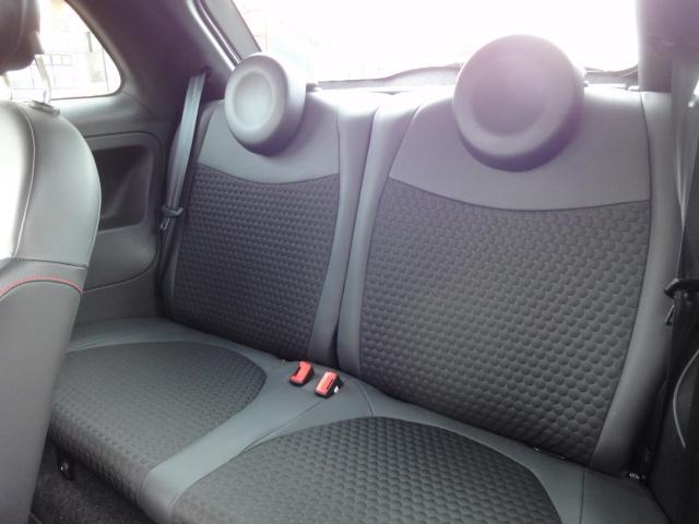 インテリアにはブラック基調のスポーツシートやスポーツステアリングなどを採用し、従来の「500」とは印象が異なる、「500S」の名に相応しいスポーティなモデルに仕上がっている