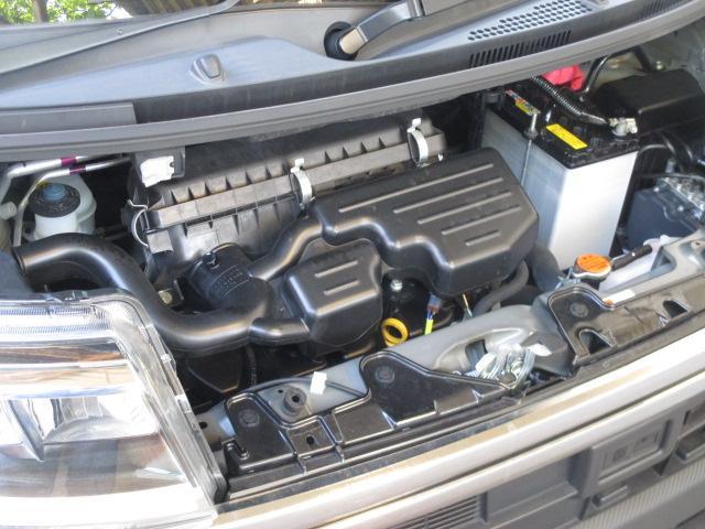 エンジン機関チェックの際に、エンジンルームのクリーニングも実施します。キレイな状態にすると気持ちが良いだけでなく、トラブルの防止や早期発見にも繋がりますね。