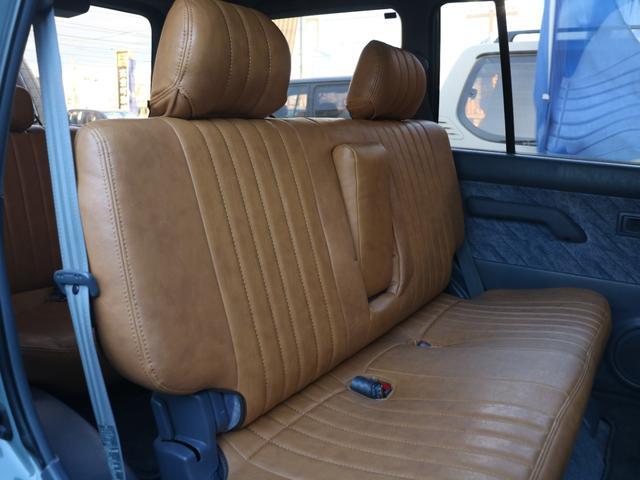 後部座席は広々とした空間となっております☆6段階のリクライニング調節が可能です☆