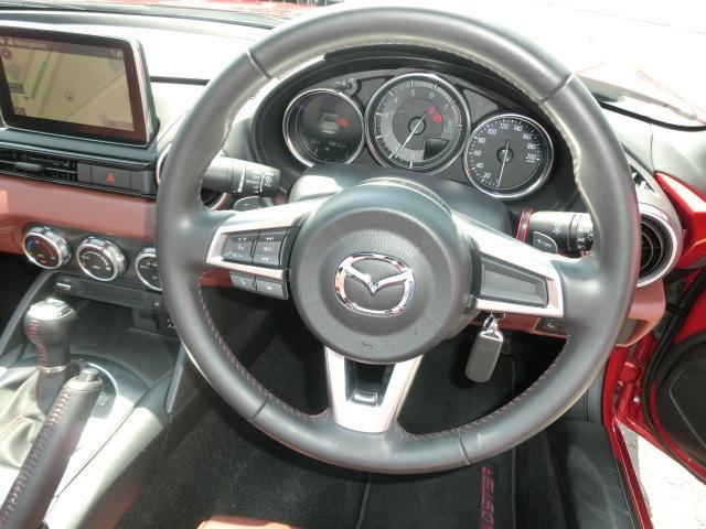 ★本革巻きでオーディオスイッチ付きのステアリング!!これはもう本当に高級車です。