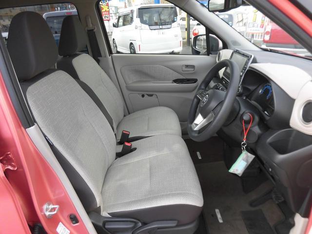 助手席への移動もスムーズにいけるインパネシフトを採用!足元が広々、ゆったり!また小物入れにもこだわりがあります。収納力もお任せ下さい。散らかりがちな車内もスッキリ!