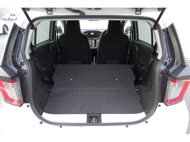 リヤシートを倒せば大きな荷物も載せられ快適なスペースが生まれます。