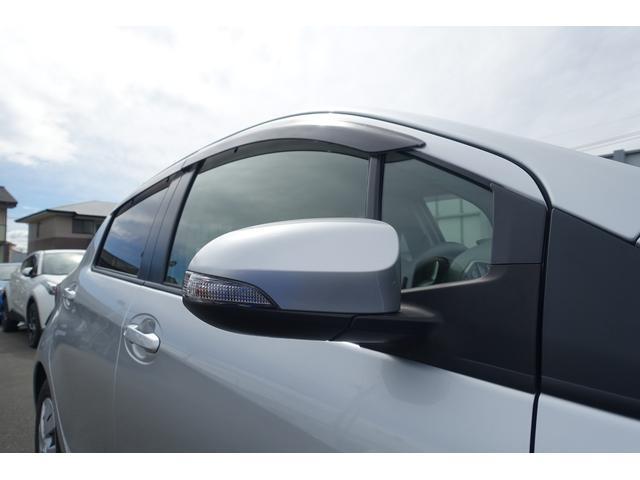 他車や歩行者からの視認性が良く、デザイン的にもアクセントになるターンランプ付ドアミラー。また、サイドバイザーを装着していますので、雨天の際も換気ができて便利です。