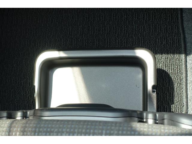 助手席シートにアンダートレーが有ります!検査証などの収納に便利です♪