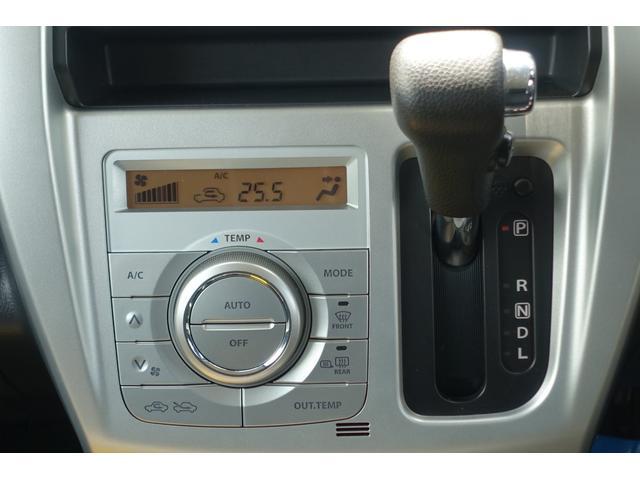 お好みの温度を設定すれば、お任せで室内空間を快適に保ってくれるオートエアコンを装備