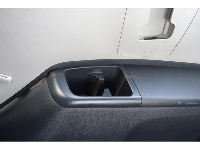 サードシートもサイドにドリンクホルダーが有ります