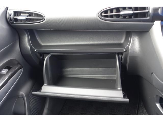 車検証入れとしても大助かりの助手席グローブボックスです。