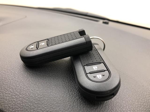 電子カードキーを携帯していれば、ドアハンドルやバックドアのリクエストスイッチを押すだけでドアの施錠と解錠が行えます。電子カードキーがないとエンジンが始動しない、盗難防止に役立つイモビライザー機能付。