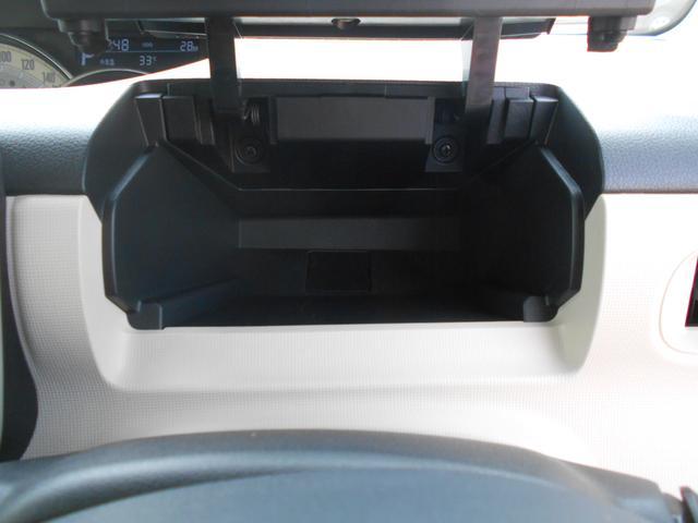 ハンドルの奥にある収納ボックスです。長財布や化粧ポーチもすっぽり入ります。給油やコンビニに立ち寄る際にとても便利です。