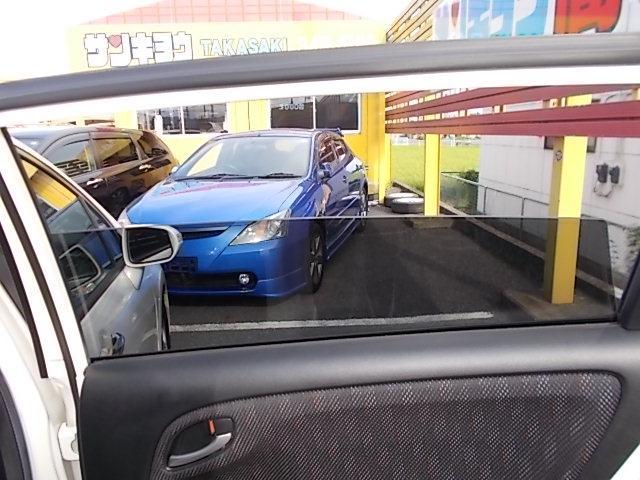 プライバシーガラスです。車内が見えにくいのでプライバシーガラスが確保されます。また、夏は冷房の効果担保にも役立ちます。エアコンを控えめにすれば燃費向上も見込めますね! 0120-03-1190まで♪