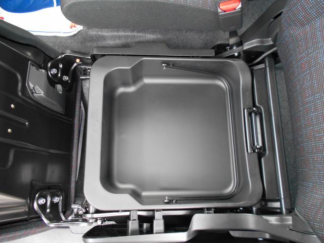 小物を助手席シート下のBOXに収納すれば車内がスッキリ!