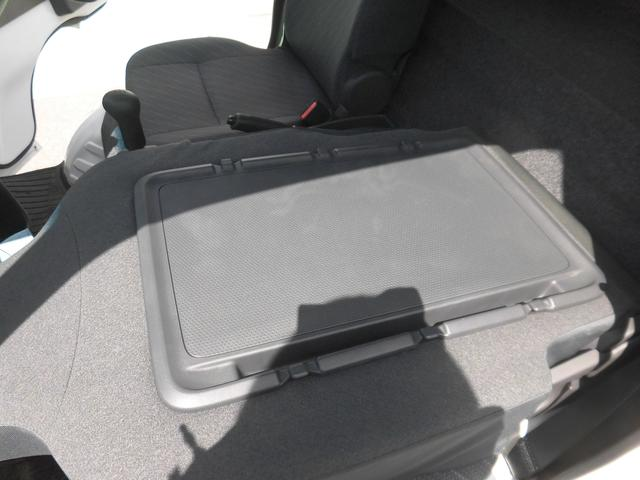 助手席背面はシートバックテーブルとして利用可能です