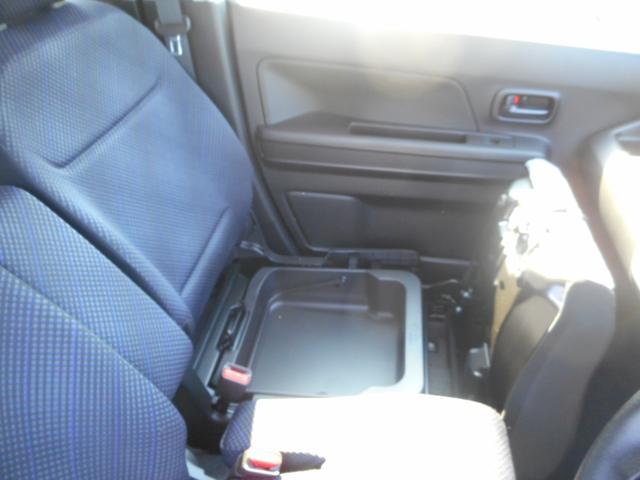 シートの下にはバケツのような小物入れ有?