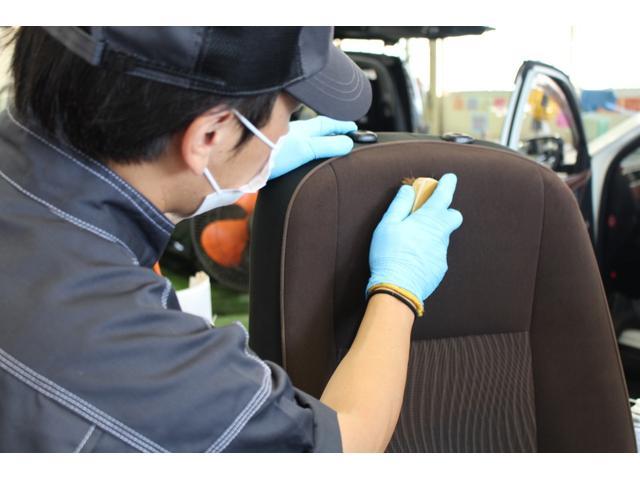 シート洗浄:シート生地に配慮した馬毛ブラシでブラッシングします。