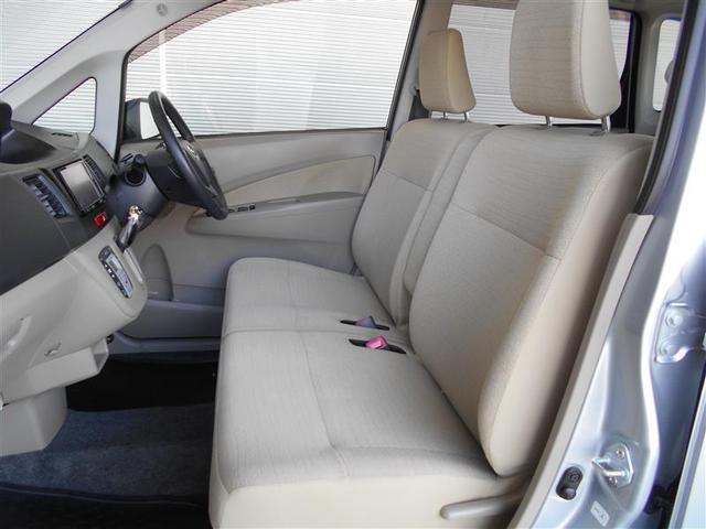 見た目スッキリ、足元は広々なベンチシート。左右一体シートなので運転席と助手席の移動がスムーズに出来ます。