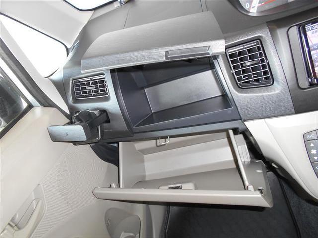 助手席収納もたっぷり有ります。車検証やCDなど小物を収納する事が出来ます。