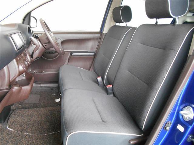 ゆったり運転できるベンチシート仕様車。必要な時は肘掛けも使え、狭い駐車場などでは反対側のドアからも乗り降りできます。