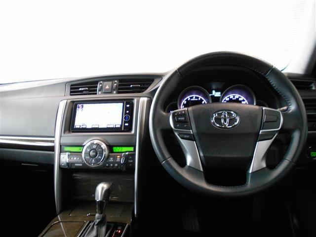 使いやすいデザインの運転席周り。ハンドルを握ったままオーディオ操作が可能なステアリングスイッチは、前方不注視のリスクを減らし安全運転をサポートします。
