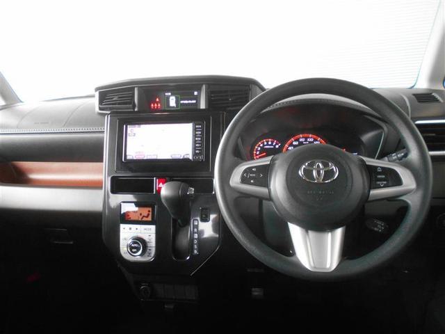 クールなデザインの運転席周り。ハンドルを握ったままオーディオ操作やディスプレイの切り替えが可能なステアリングスイッチは、前方不注視のリスクを減らし安全運転をサポートします。