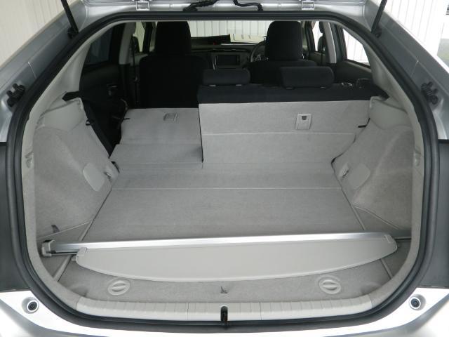 普段使いには十分な広さのラゲッジスペース!トノカバー付きで車外からの視線も気になりません!後席を倒せばより大きな荷物も載せられます!