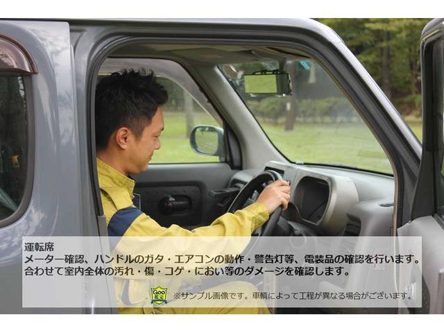 運転席 メーター確認、ハンドルのガタ・エアコンの動作・警告灯等、電装品の確認を行います。合わせて室内全体の汚れ・傷・コゲ・におい等のダメージを確認します。