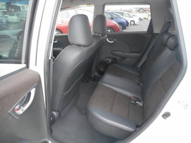後部座席にも十分な広さがございます。