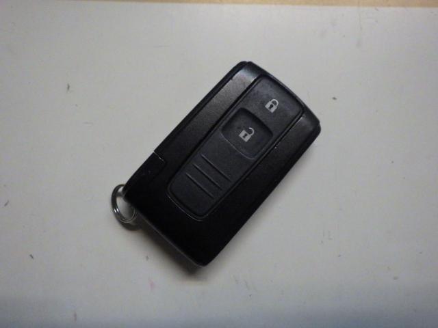 車に近づくだけで鍵が開き、離れればロックする便利なスマートキーも付いてます!