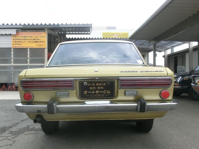後ろ姿も良いですね!赤一色のテールレンズはこの年代の車ならでは。ゴールドのボディカラーと良く合います。