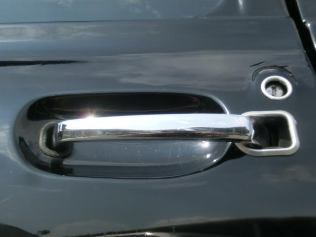 ドアパネル内から生えるドアハンドル ハンドル出口回りとキーシリンダー回りにはアルミのカバーが付きます。いずれも凝ったデザインですね。