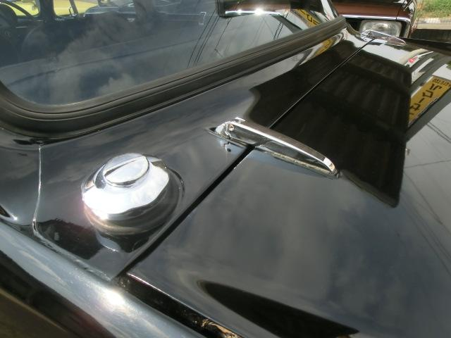 クラシカルなデザインの給油口と外付けのトランクヒンジ。黒いボディにメッキが映えます。