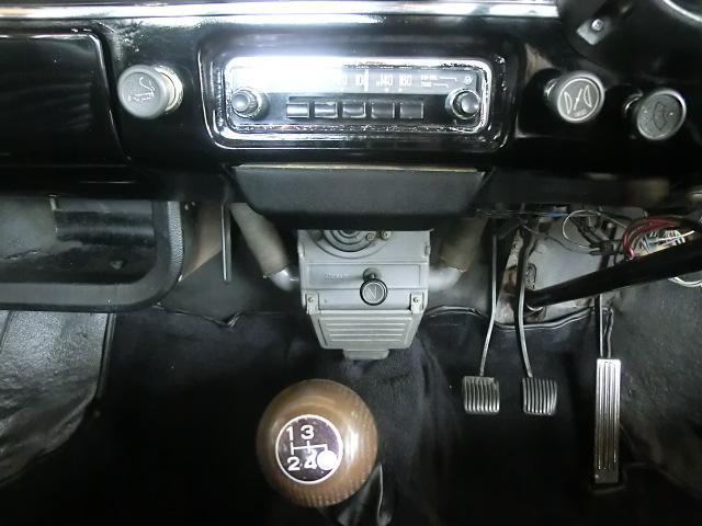 ラジオ、灰皿の下奥に見えるのはヒーターのブロワモーター。エンジンの熱を引き込むタイプです。ウッドのシフトノブは一世代後のトヨタ車の物。