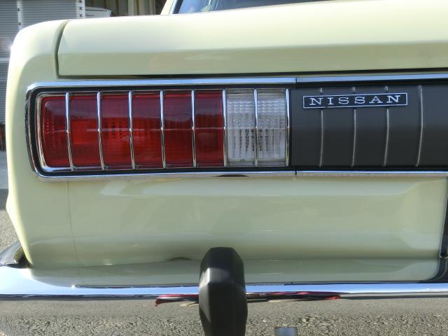 綺麗なテールレンズ、車体から取り外し、洗浄後、磨きこみました。もちろんリムも同様です。