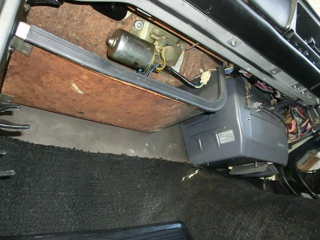 助手席足元から見てもこの美しさ!ヒーターユニットは分解してリメイク、コアはO/H、バルブ、ホースは交換しました。
