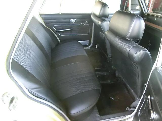 シート裏側、ドアトリムの状態も良好です。
