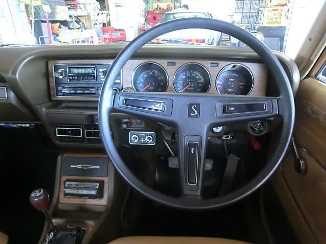 GT系に比べ、計器類が少なく、シンプルなインパネ。リモコンミラーとAM/FMラジオはショートノーズではエクストラだけの装備。クーラーは全車注文装備でした。