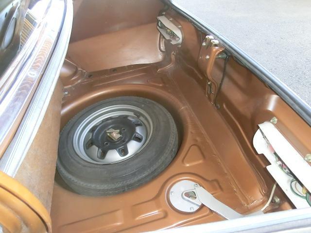 スペアタイヤは標準のスチールホイール 製造時のものと思われるバイアスタイヤ装着。傷みやすいトランクフロア後端、バックパネルの状態をご覧下さい。この車がいかに良い状態かお解かりいただけます。