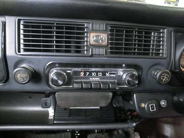 SUBARUロゴ入りの純正ラジオ ベンチレーターは外気導入式となっています。