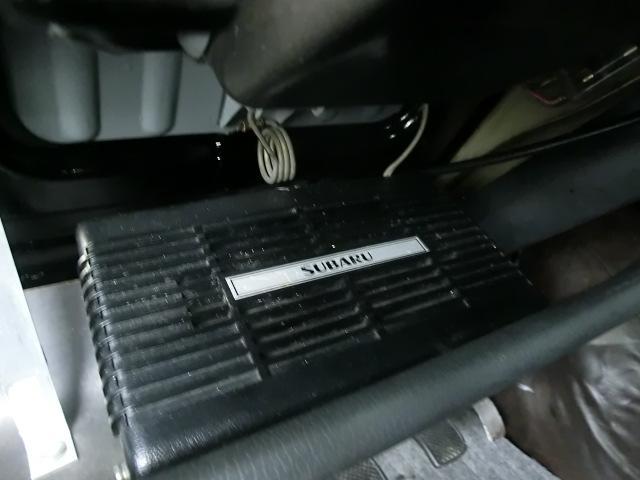 ダッシュボード下のボードに付くスピーカー