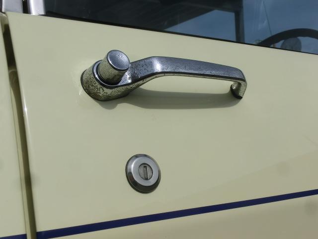 ドアハンドルはプッシュ式。メッキに傷みがありますが、それも車の歴史。良い雰囲気です。