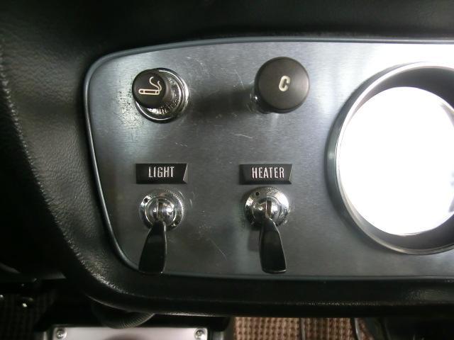 上左から、シガライター、チョークノブ、ライスイッチト、ヒーターファンスイッチと並びます。無機質で良いデザインです。