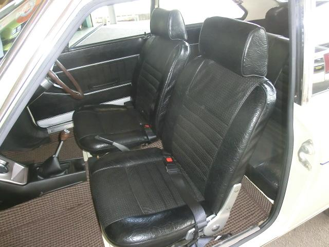 酷い傷み無く状態良いシート。2点式シートベルトは後付けの社外品です。