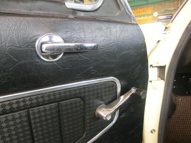 ドアインナーハンドルとウィンドレギュレータハンドル。旧い車ってこういった部品一つ一つに味があります。